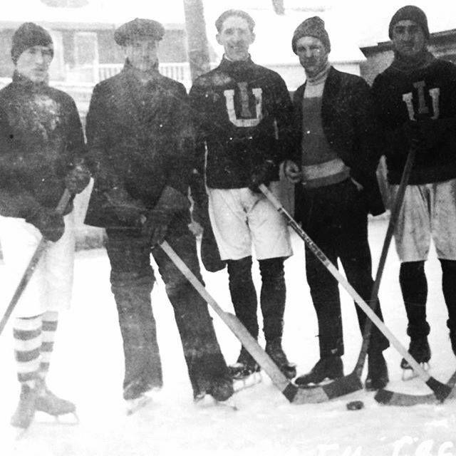 Хокейна команда інституту Петра Могили у Квебеку 1921 року. Українське коріння мають хокеїсти Вейн Ґрецький, Дейв Андрейчук, Дейл Гаверчук, Майк Босси, Джон Буцик, Терк Брода та багато інших.