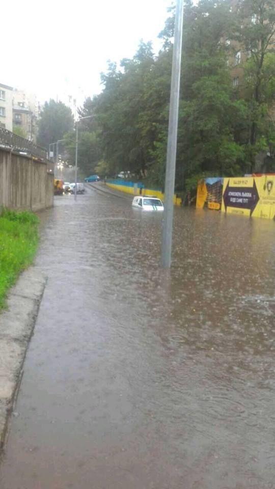 В районі Шулявки вулиці перетворилися на озера