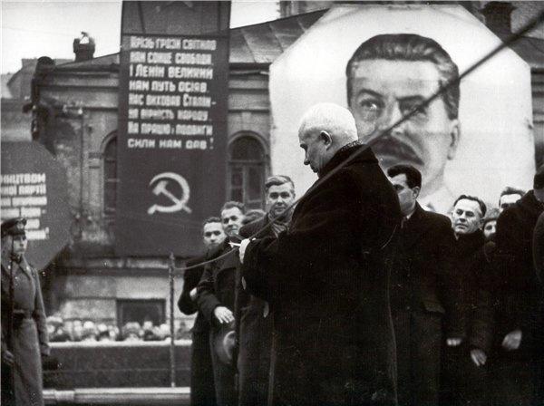 Глава УССР Никита Хрущев на открытии памятника Ленину в Киеве. 5 декабря 1946 года.