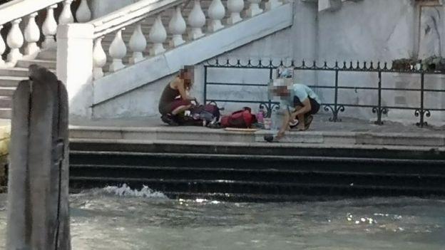 <p>Туристи, які готували каву під мостом</p>