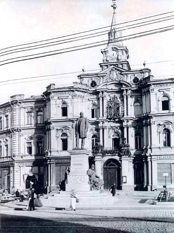 Памятник убитому в Киеве премьеру Петру Столыпину перед зданием Думы. 1913 год.