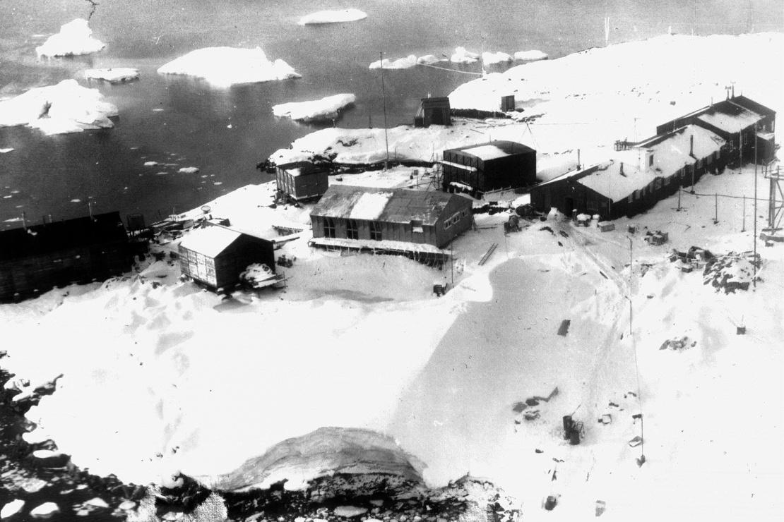 У 1954 році британці збудували нову наукову базу на острові Галіндез. Тепер це одна з найстаріших постійно діючих станцій в Антарктиці. У 1996 році уряд Великої Британії жестом доброї волі передав станцію Україні за символічну плату в один фунт. На фото: вид станції «Фарадей» у 1979 році.