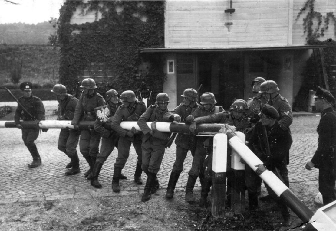 Першого вересня 1939 року німецькі війська вторглися до Польщі. Щоб створити привід для нападу, загони СС увечері 31 серпня 1939 року інсценували напад Польщі на німецьку радіостанцію в прикордонному місті Глайвіц. На фото: німецькі солдати ламають польський прикордонний шлагбаум у Сопоті неподалік від Гданської затоки, 1 вересня 1939 року.