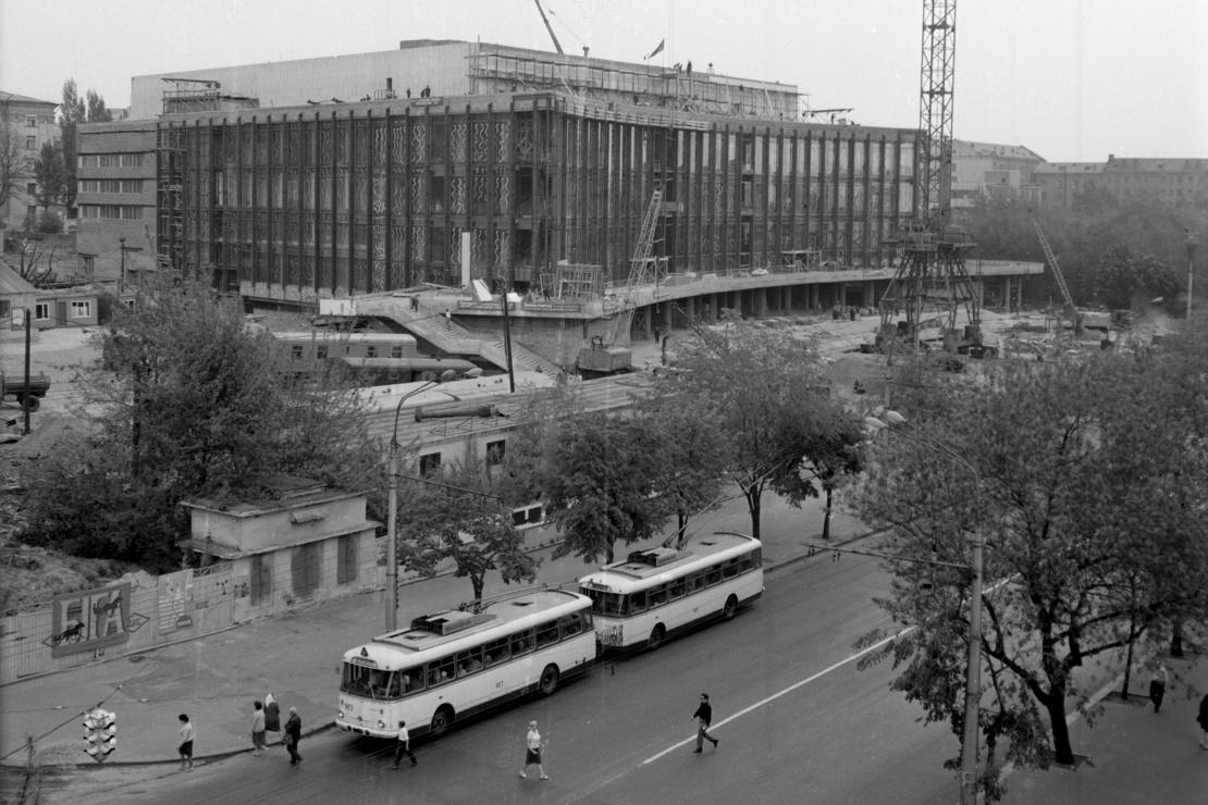 Будівництво нового кіноконцертного залу на вулиці Червоноармійській (тепер Велика Васильківська) у Києві, липень 1969 року.