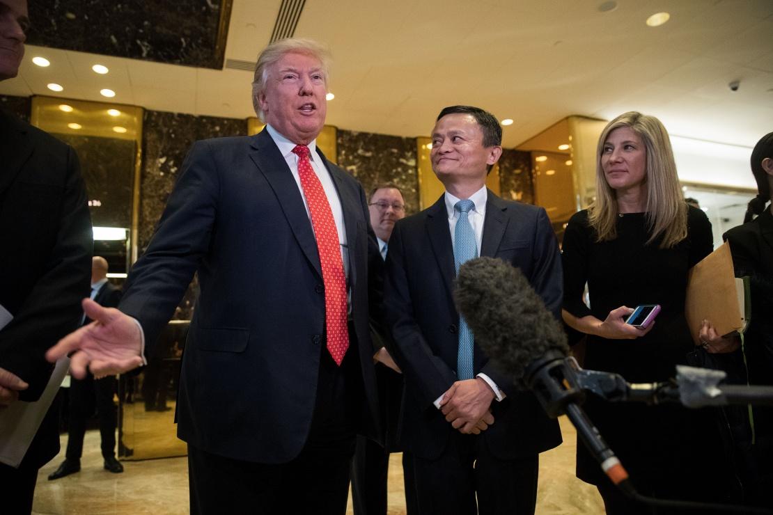 Дональд Трамп і Джек Ма розмовляють з журналістами після зустрічі в Trump Tower у Нью-Йорку, 9 січня 2017 року.