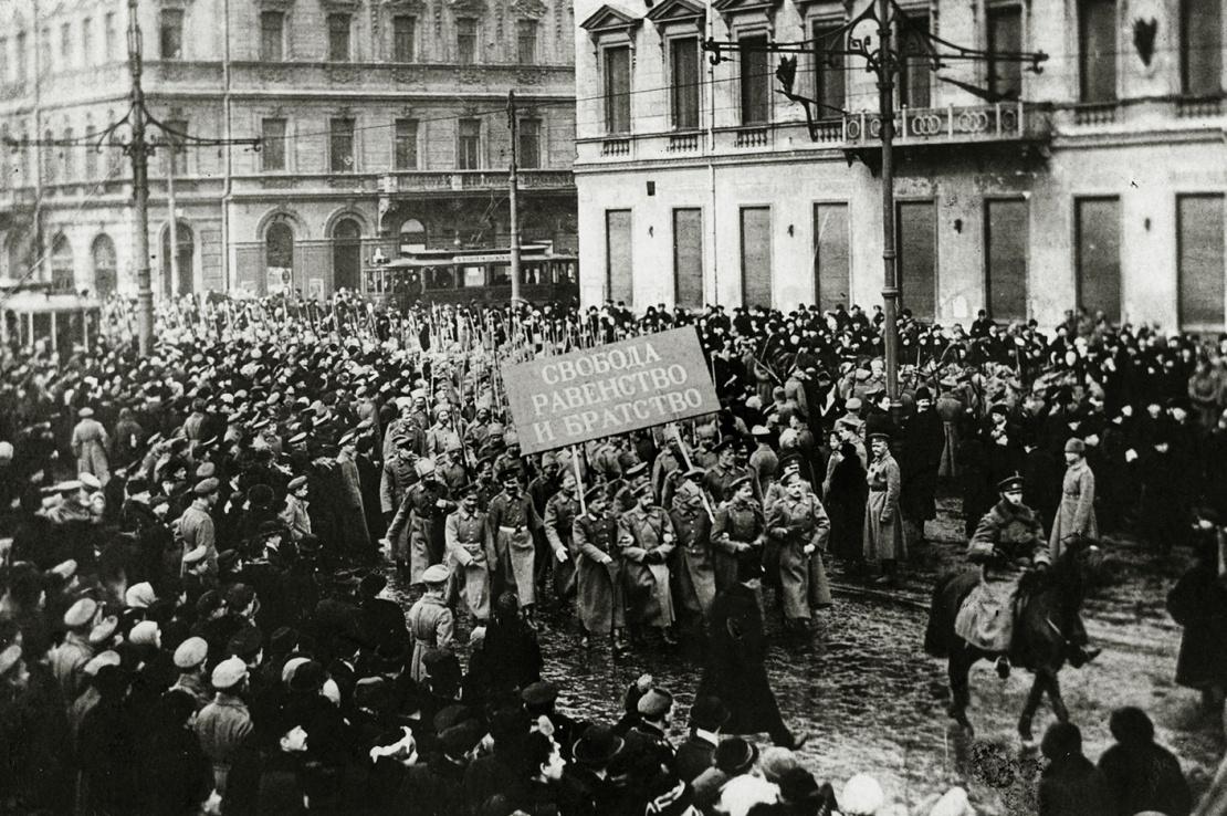 Демонстрация в Петрограде (сейчас Санкт-Петербург) после большевистского переворота осенью 1917 года.