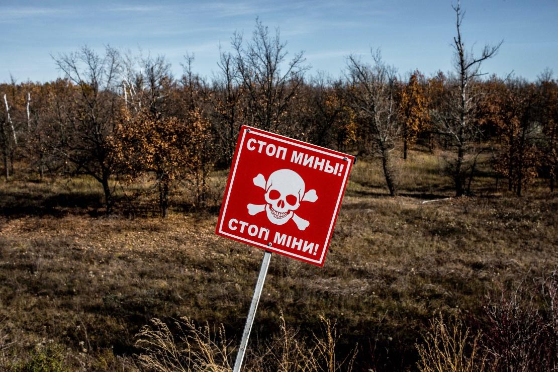 Знак, що попереджає про мінну небезпеку, перед лісовим масивом у смтСтаниця Луганська в Луганській області, 2 листопада 2018 року.