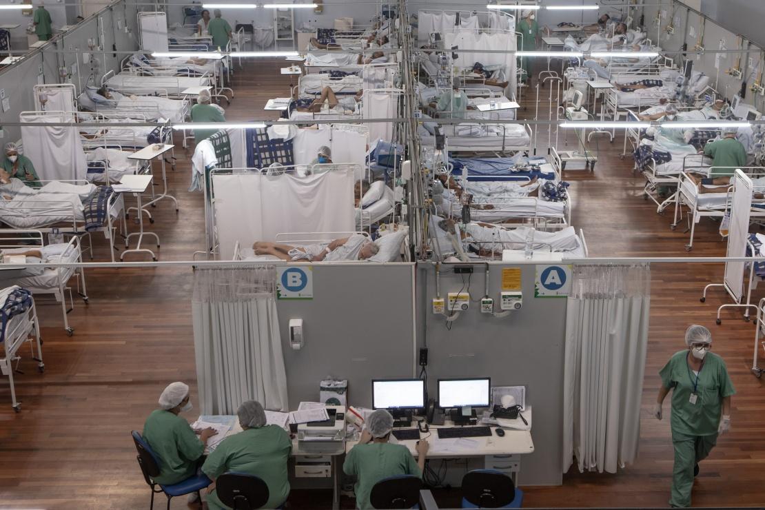 Усередині «ковідного» польового шпиталю, облаштованого у спорткомплексі бразильського міста Санту-Андре, 22 лютого 2021 року.