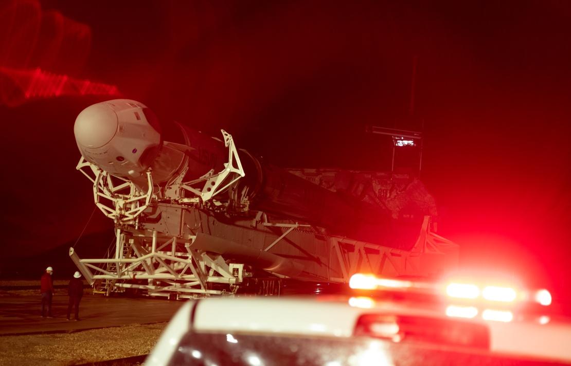Ракета SpaceX Falcon 9 с космическим кораблем Crew Dragon на борту на стартовом комплексе 39A Космического центра Кеннеди во время подготовки к миссии, 9 ноября 2020 года.