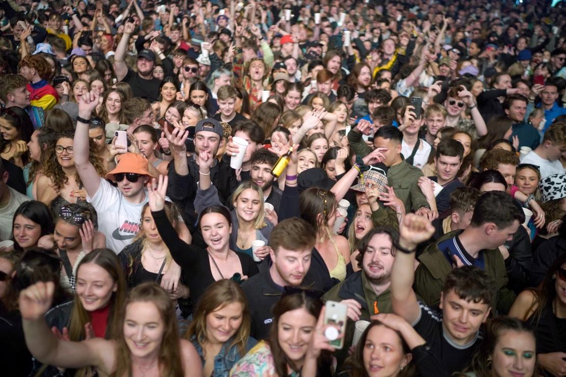 Відвідувачі «експериментального» музичного фестивалю у Sefton Park, де виступали гурти Blossoms і The Lathums, 2 травня 2021 року, Ліверпуль, Англія.
