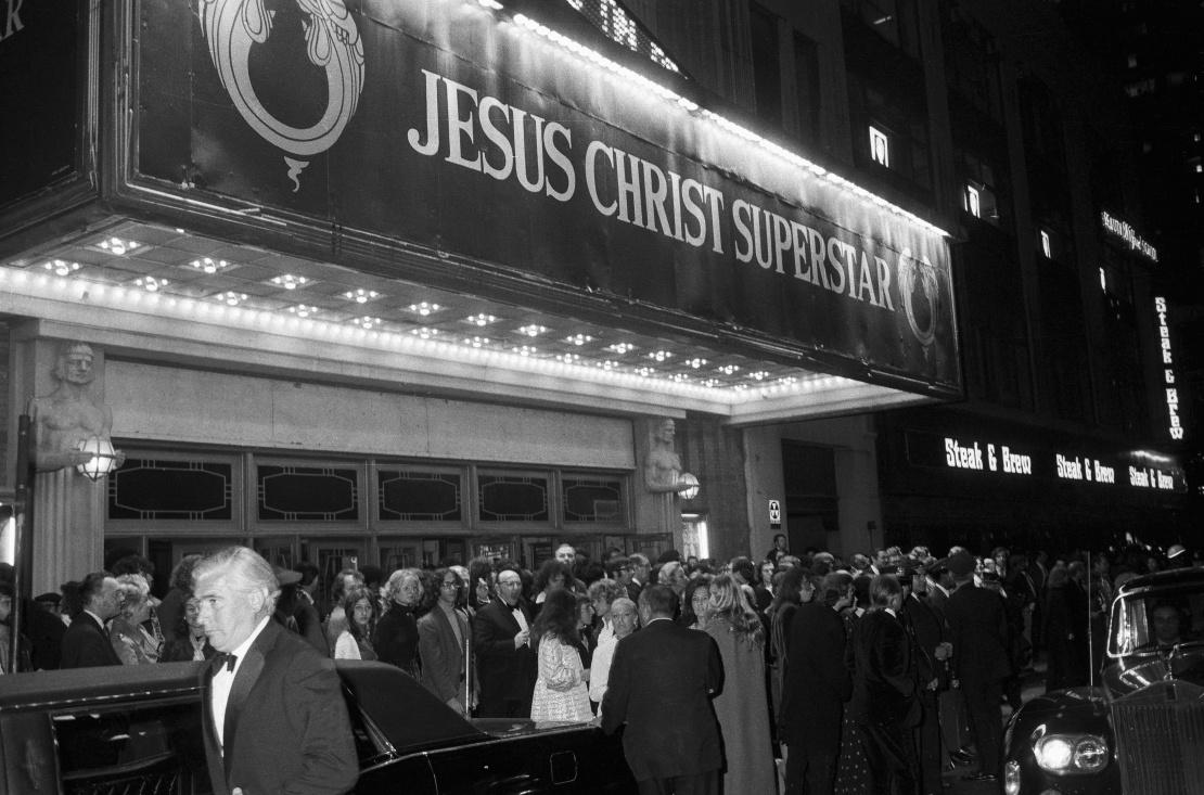 Натовп біля входу в театр Марка Геллінгера на Бродвеї після прем'єри рок-опери «Ісус Христос — суперзірка», 12 жовтня 1971 року.