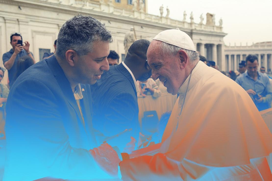 Режисер Євген Афінеєвський (ліворуч) із Папою Римським Франциском (праворуч).