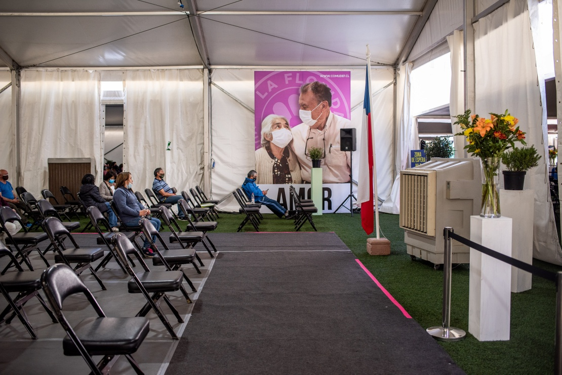 Люди отдыхают под наблюдением после того, как их привили вакциной CoronaVac китайской компании Sinovac в пункте вакцинации в Сантьяго, 29 марта 2021 года.
