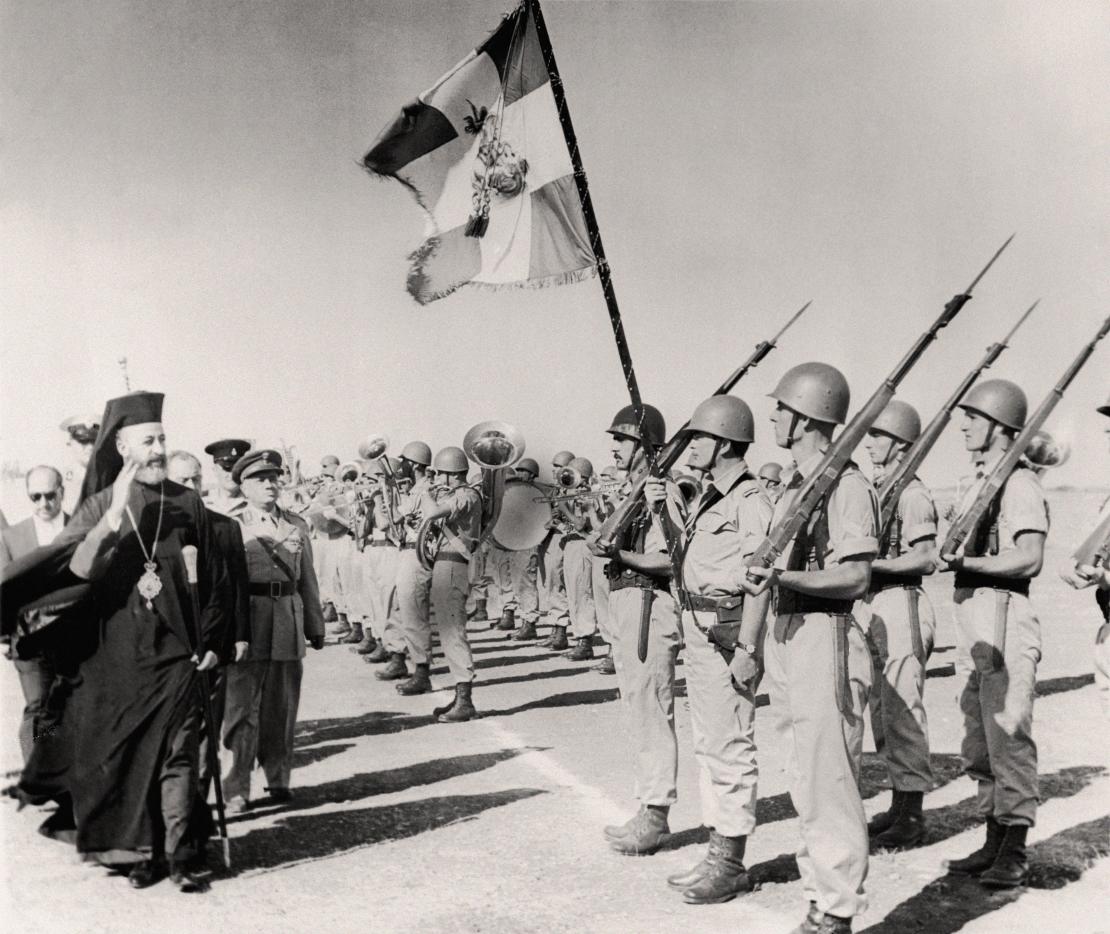 Глава грецької громади архієпископ Макаріос перед військами незадовго до проголошення незалежності Кіпру; 29 серпня 1960 року.