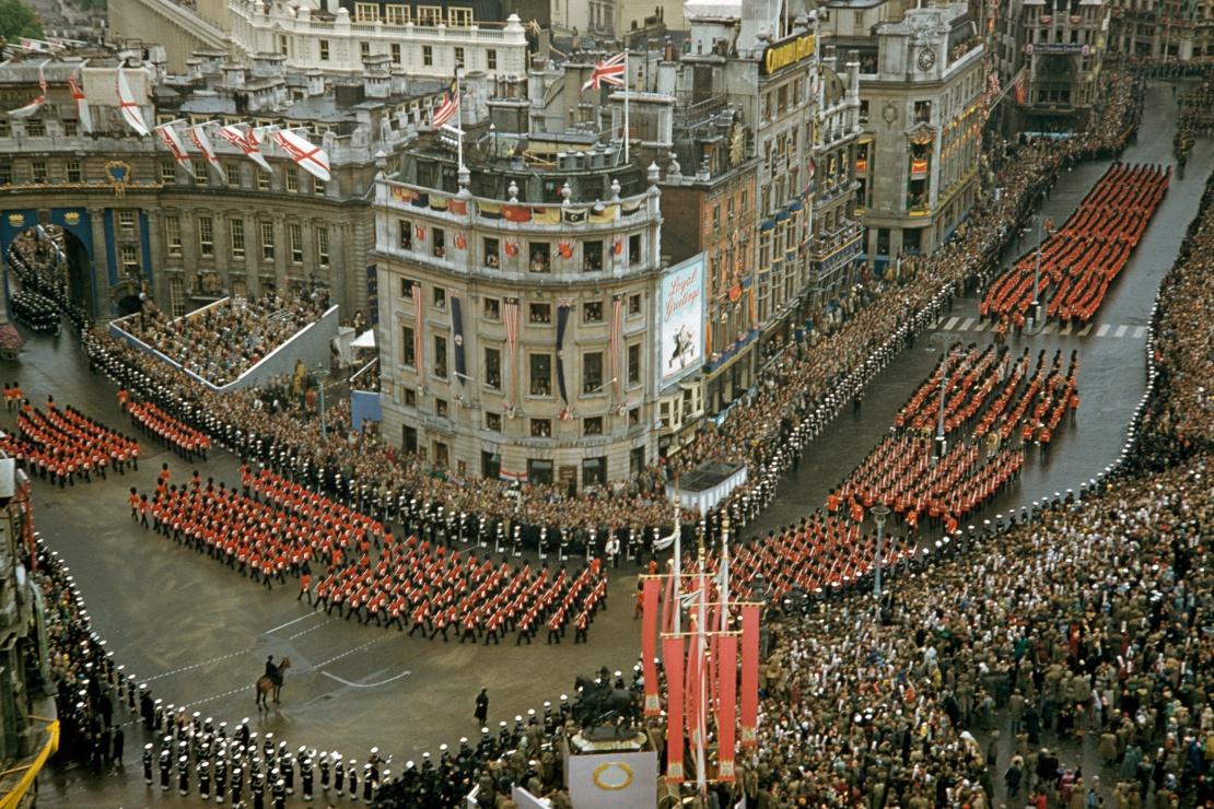 Маршрут ходи Лондоном проклали таким чином, щоб нову королеву змогли побачити якомога більше людей. Відстань у 7,2 кілометра близько 30 тисяч учасників процесії подолали за дві години. На фото: хода на честь коронації Єлизавети II в Лондоні 2 червня 1953 року.
