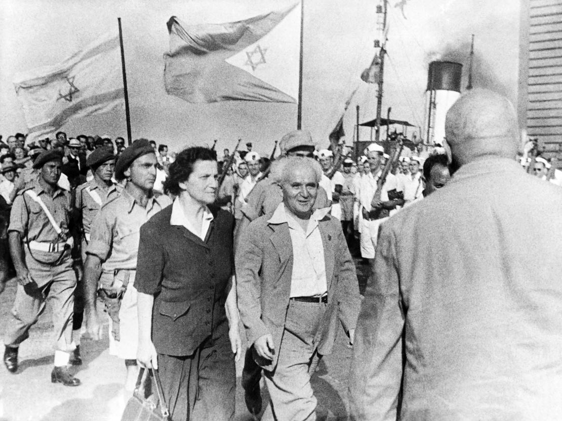 Первый премьер-министр Израиля Давид Бен-Гурион и его жена Пола в гавани Хайфы через полтора месяца после провозглашения независимости Израиля, 30 июня 1948 года.