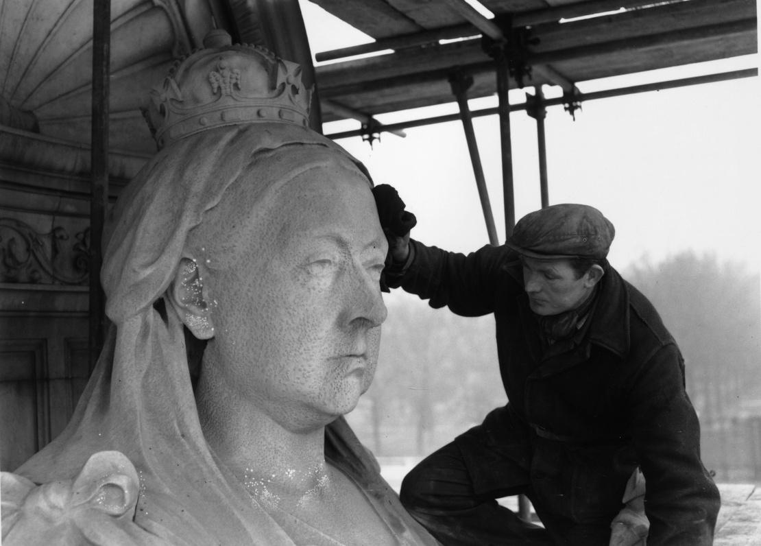 Реставрация памятника королеве Виктории возле Букингемского дворца, 19 февраля 1963 года.