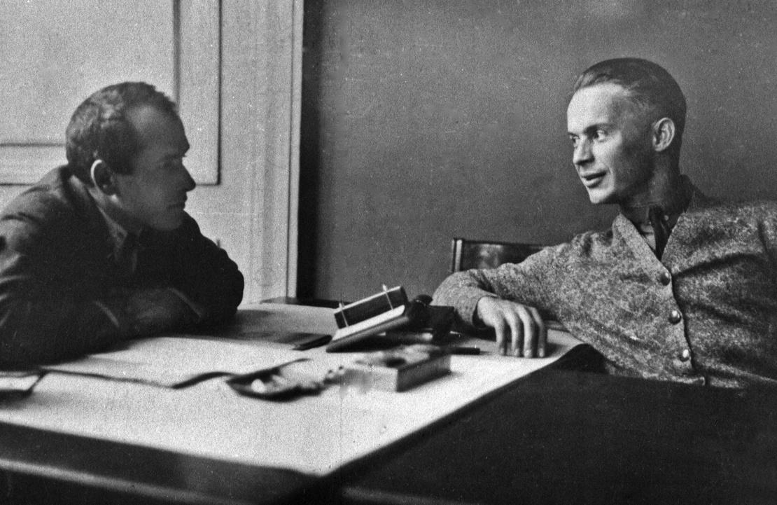 Заступник голови Всеукраїнського фотокіноуправління Зіновій Свідерський (ліворуч) у своєму кабінеті з режисером Олександром Довженком, 27 листопада 1927 року.