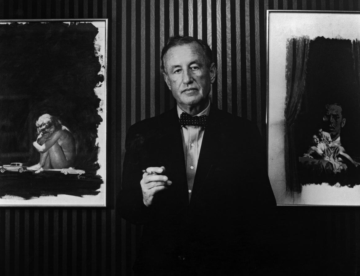 Британський письменник і творець Джеймса Бонда Ієн Флемінг позує на тлі картин, на основі яких створили обкладинки до двох його книг. 1960-ті роки.