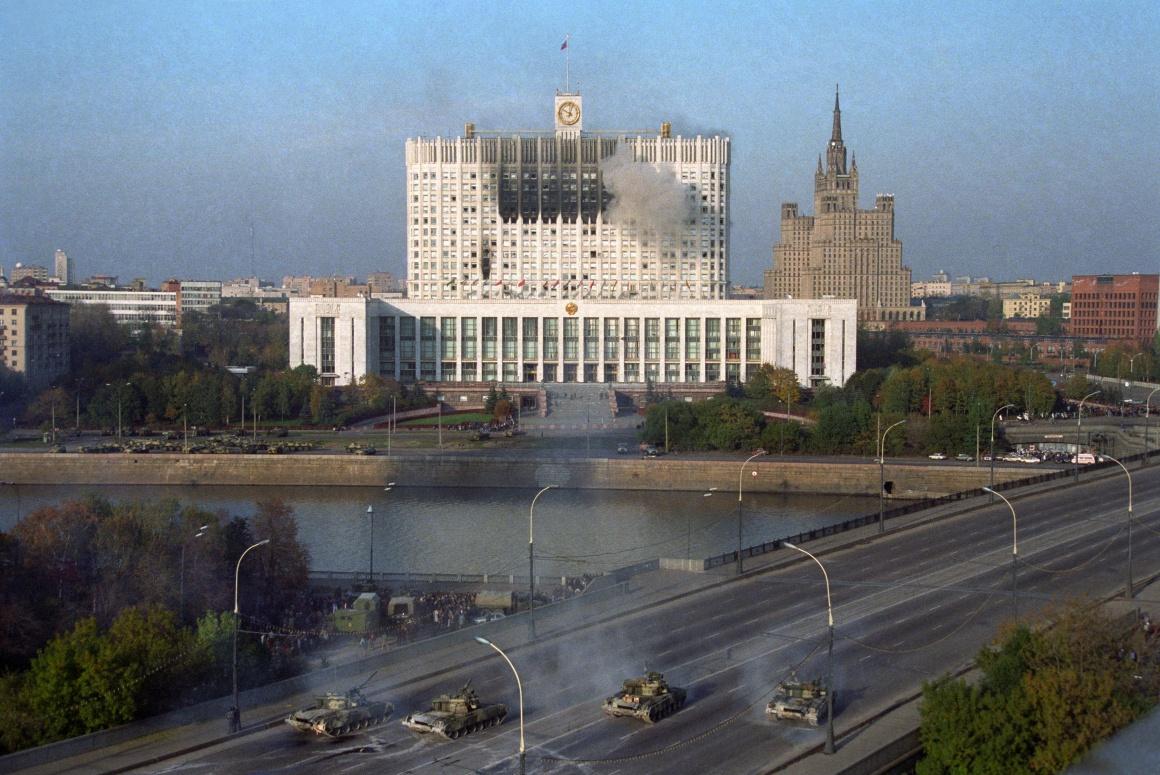 Танки обстрілюють будівлю парламенту РФ в Москві під час конституційної кризи, 4 жовтня 1993 року.