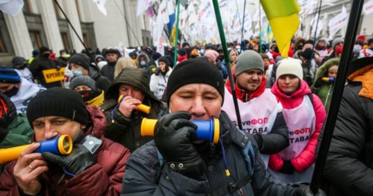 Під Радою ФОПи знову вийшли на протести. Між ними та поліцією відбуваються сутички
