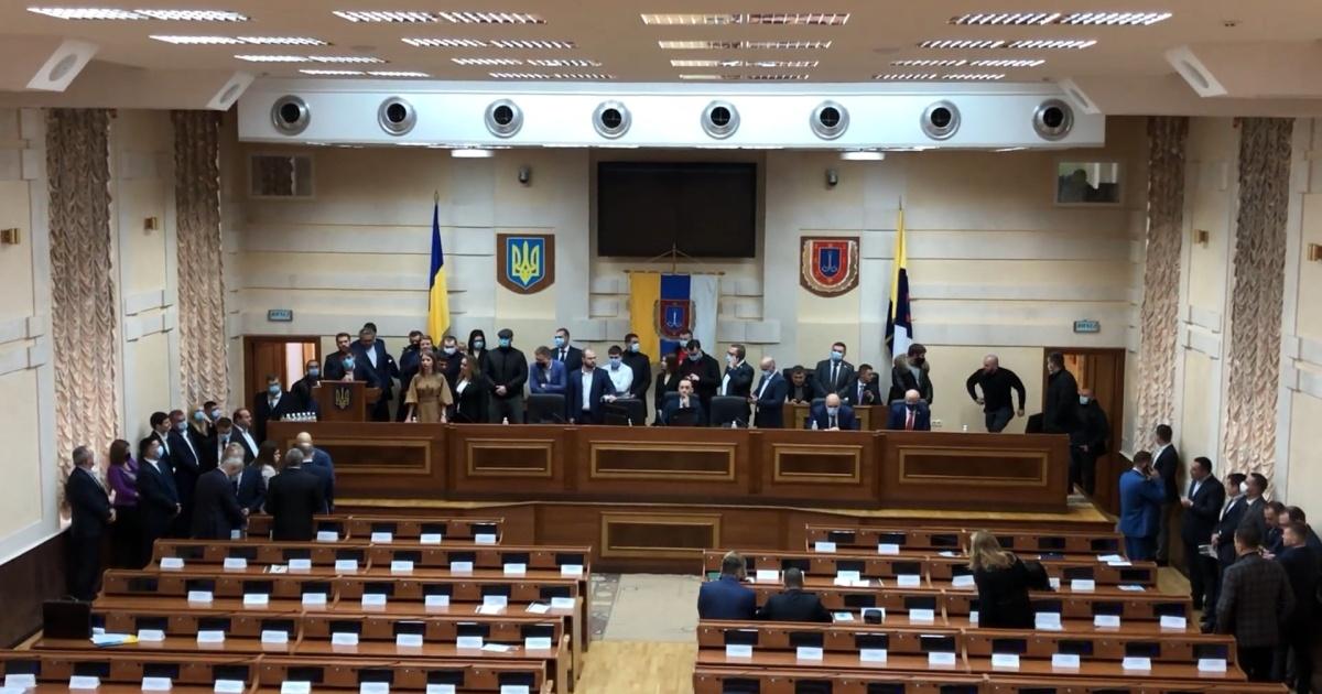 В Одесі депутати ОПзЖ, партії Шарія та «За майбутнє» заблокували трибуну облради. Хочуть сформувати більшість і обрати свого голову