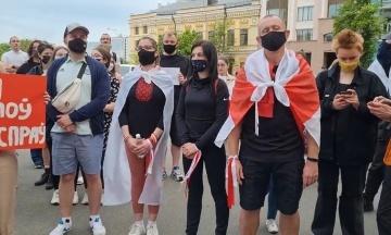 У Києві під МЗС активісти вимагають від української влади відреагувати на затримання у Мінську ексредактора NEXTA