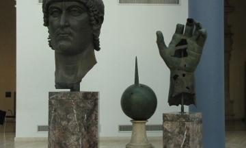 Статуї римського імператора Костянтина повернули вказівний палець, який відпав від неї 500 років тому