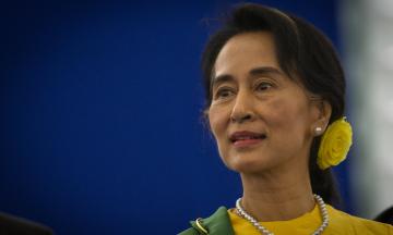 Свергнутая глава правительства Мьянмы впервые предстала перед судом. Она более трех месяцев находится под домашним арестом