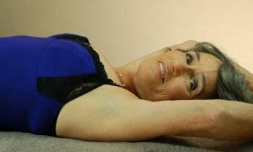 «Один час в нашем возрасте — это быстрый секс». 77-летняя Джоан Прайс узнала, что секс у пожилых людей бывает лучше, чем у молодежи, написала об этом четыре книги и ездит по всему миру с лекциями — профайл