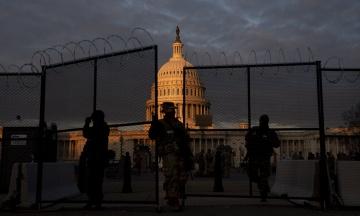 За день до інавгурації Джо Байдена: десятки тисяч солдатів і поліцейських, блокпости, рамки і колючий дріт через загрозу атаки прихильників Трампа. Ось як виглядає центр Вашингтону — у 10 фото