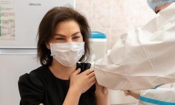 В Украине стартовала вакцинация от коронавируса сотрудников прокуратуры. Одной из первых стала Венедиктова