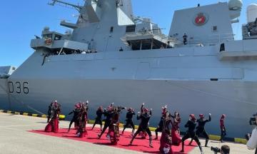 Британський есмінець HMS Defender, якому погрожувала Росія, прибув у Батумі. Його зустрічали танцями