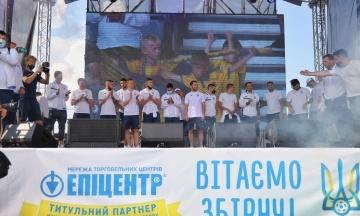 Збірна України повернулася до Києва, в аеропорту її зустріли близько тисячі уболівальників