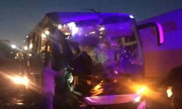На трассе Одесса — Киев рейсовый автобус из Молдовы столкнулся с зерновозом — один человек погиб, четверо госпитализированы