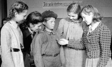 67 лет назад в СССР вернули совместное обучение мальчиков и девочек. Их разделили с подачи Сталина, но эксперимент провалился. Как это было — в архивных фото из киевских школ