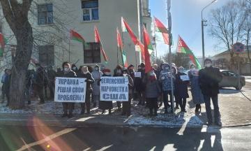 «Майдан не пройде!» Біля посольства України у Мінську відбувся мітинг прибічників Лукашенка