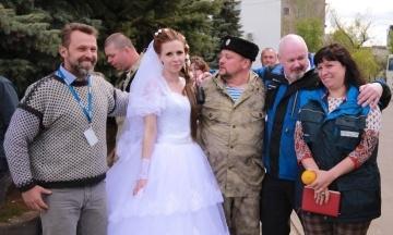 Співробітницю ОБСЄ п'ять років тому помітили на весіллі доньки бойовика Бабая. Тепер вона працює у Консультативній місії ЄС в Україні