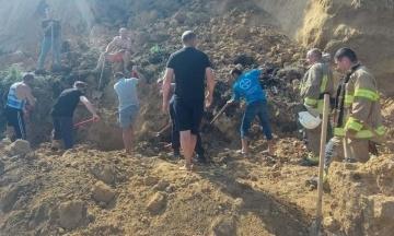 В Одеській області на березі моря стався зсув ґрунту. Під завалом шукають людей