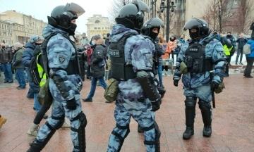 У Росії дівчина заявила про тортури у поліції після затримання на акції. На держканалі кажуть, що її не душили, а «дали подихати в пакетик»