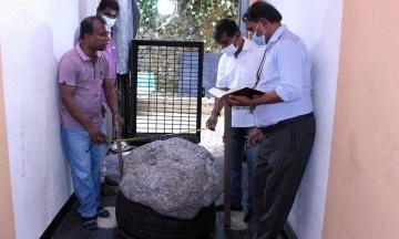 На Шрі-Ланці чоловік знайшов на задньому дворі найбільше у світі скупчення зірчастого сапфіру. Камінь важить 510 кг