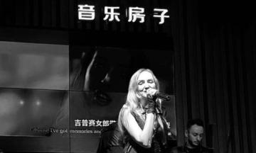 Солистка филармонии Людмила Уракова выступала в китайских барах, попала в тюрьму и вышла замуж за китайца. Зарабатывать песнями и танцами уехали тысячи украинцев, у них получалось, а вот у вас уже не выйдет