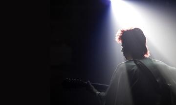 В прокат выходит фильм «Дэвид Боуи. История человека со звезд» — о ранних годах творчества легендарного музыканта. Мы посмотрели его с совладельцем аудиофильного бара GRAM Виталием Бардецким