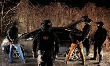 У Києві затримали трьох поліцейських за вимагання $2,5 тисячі. Вони утримували в гаражі людину