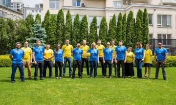 Работники посольств США и Великобритании примеряли форму футбольной сборной Украины с изображением Крыма