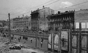 80 лет назад исчез старый Крещатик: десятки зданий уничтожили взрывы и пожар. Немецкие власти обвиняли советских диверсантов, СССР уверял, что виноваты немцы. Рассказываем о подрыве улицы в архивных фото