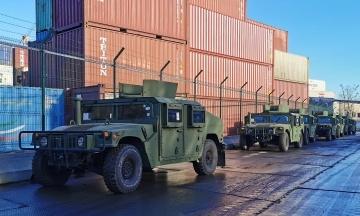 США передали украинской армии десятки военных джипов и катеров