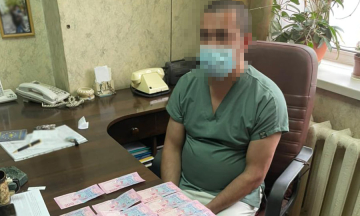 У Києві затримали двох лікарів, які вимагали гроші за видачу тіла померлої від COVID-19