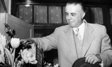 Диктатор Энвер Ходжа правил Албанией 40 лет. Он запрещал джинсы и автомобили, расстреливал конкурентов по партии, построил миллион бункеров — но его так и не свергли