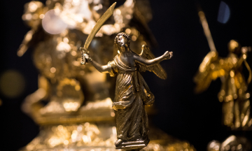 В Украине XXI века бизнесмены и политики дарят друг другу картины из янтаря и золотые батоны. А какими были подарки во времена Гетманщины? Музей истории сделал об этом выставку — фоторепортаж